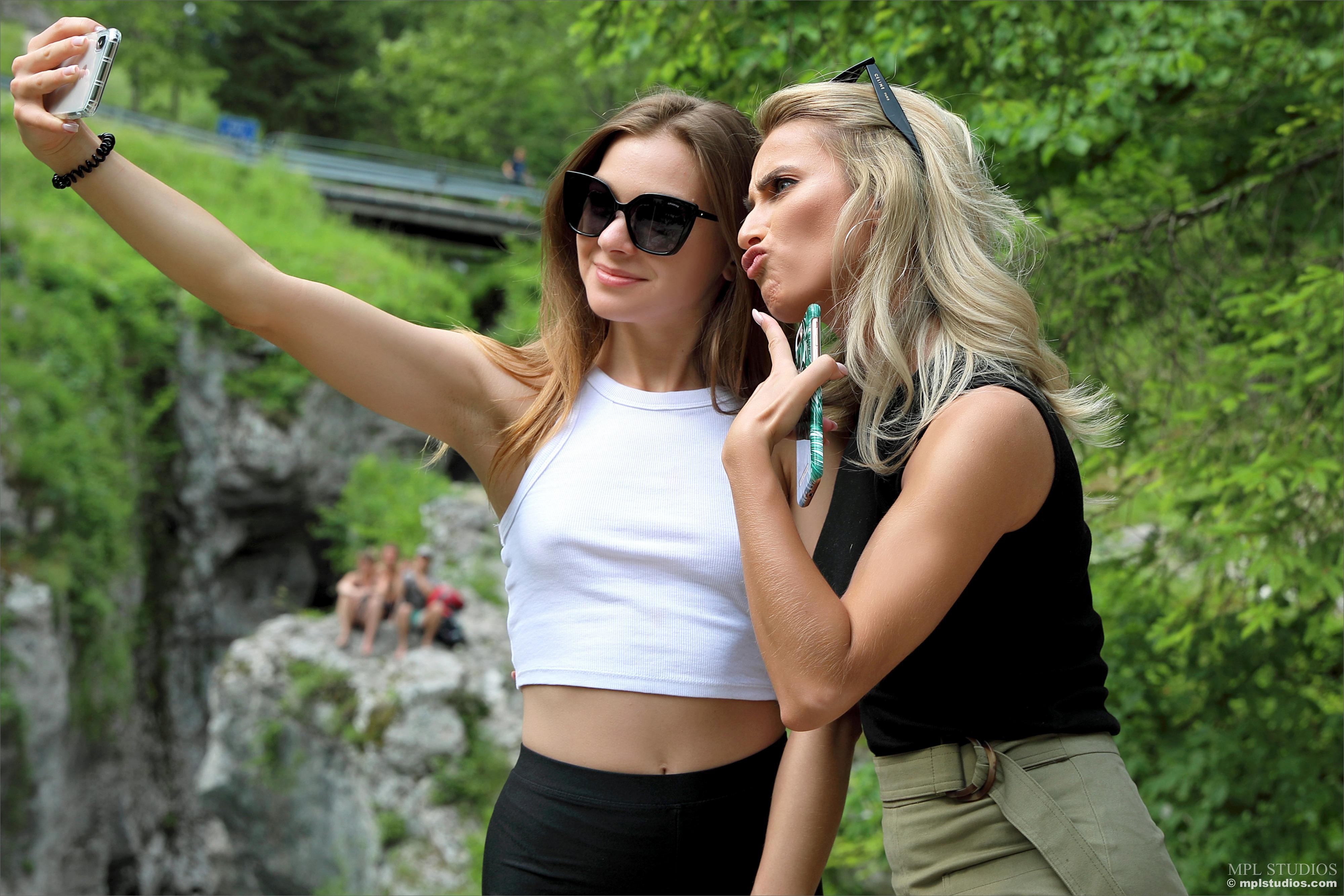 Bilder von Cara Mell Blond Mädchen Selfie smartphones Stefani 2 Mädchens Brille Blondine Smartphone Zwei junge frau junge Frauen