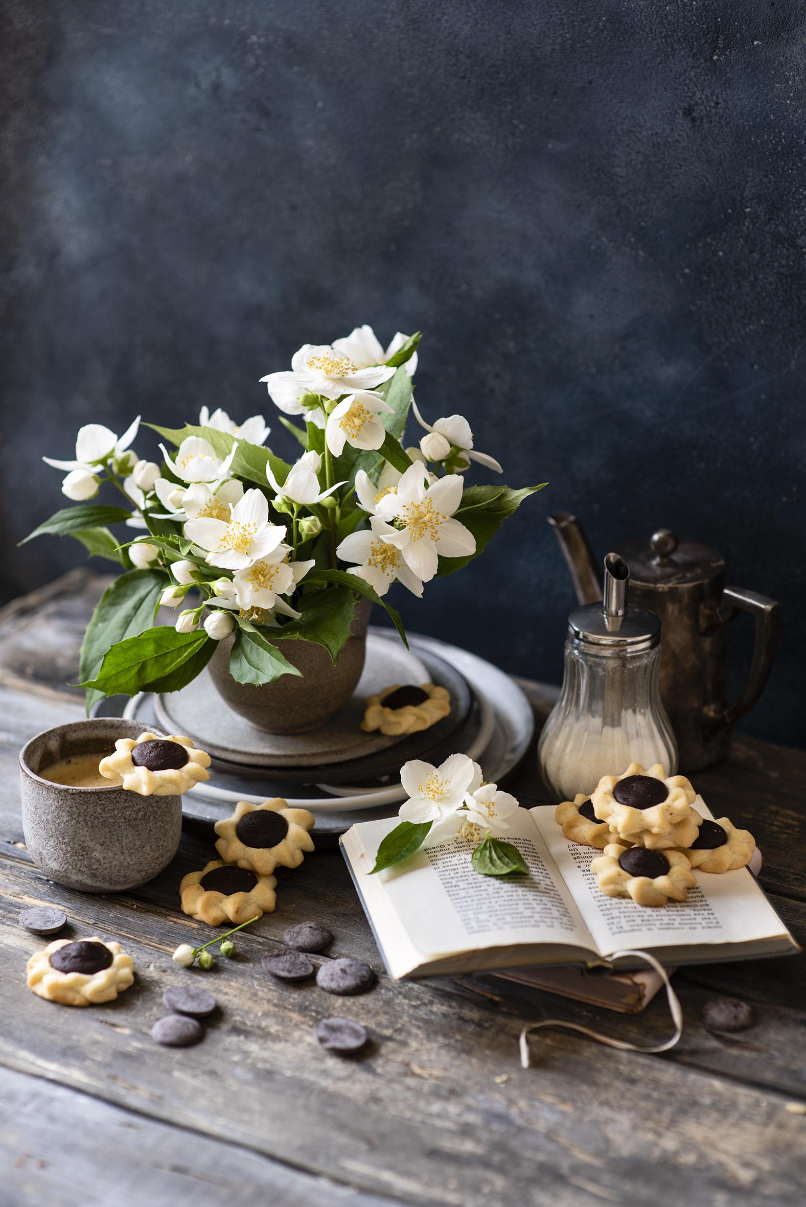 Achtergrond Jasminum Chocolade Koffie Cappuccino Bloemen boeken Koekjes Voedsel Mok Beker Stilleven  voor Mobiele telefoon bloem Boek spijs biscuit