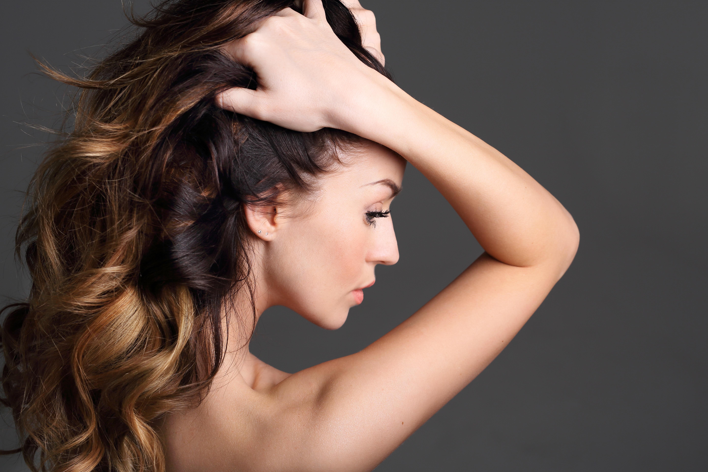 Fotos von Model Haar junge frau Hand Hinten Grauer Hintergrund 5760x3840 Mädchens junge Frauen