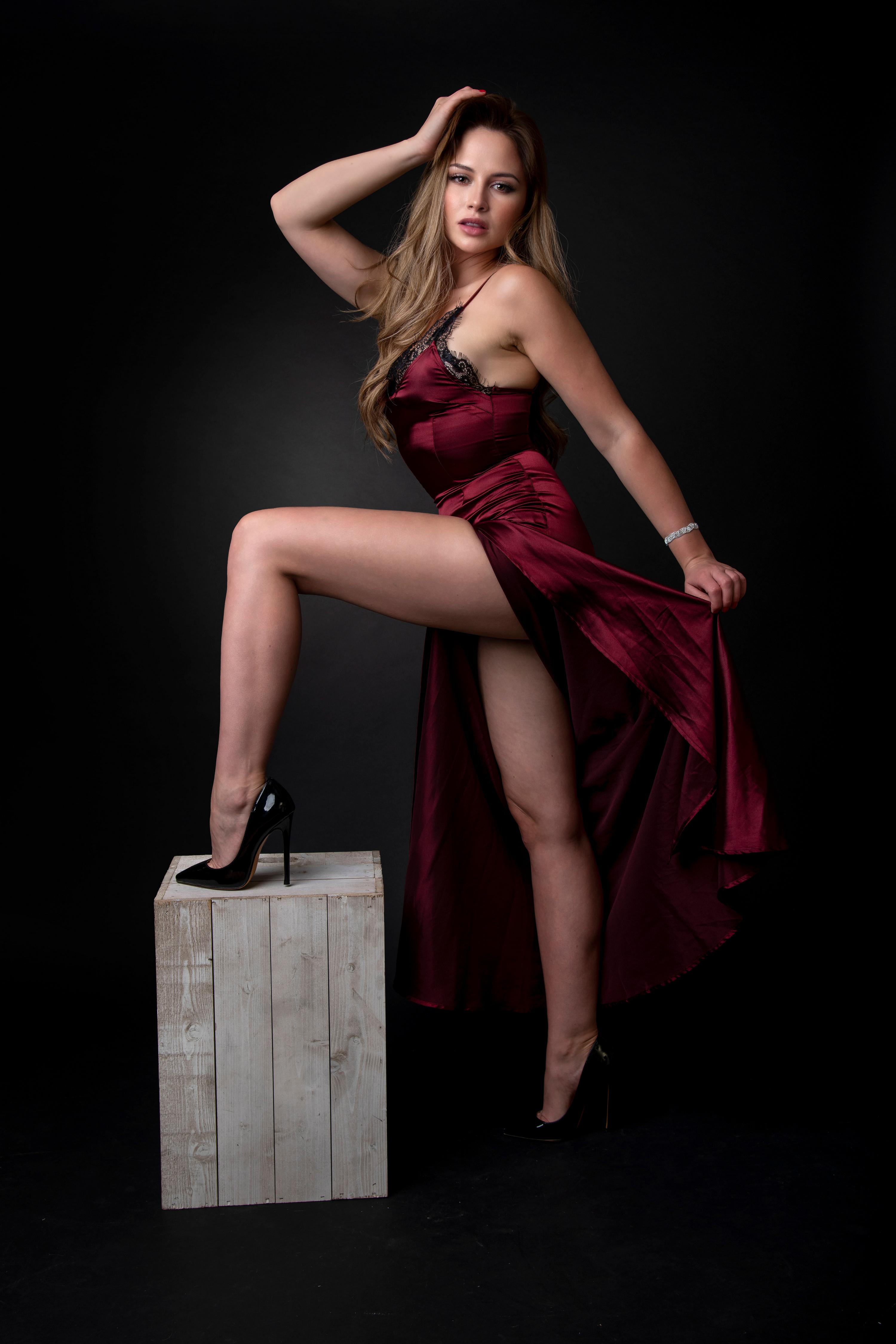 Katie Pose Vestido Pierna Contacto visual mujer joven, mujeres jóvenes, posando Chicas para móvil Teléfono