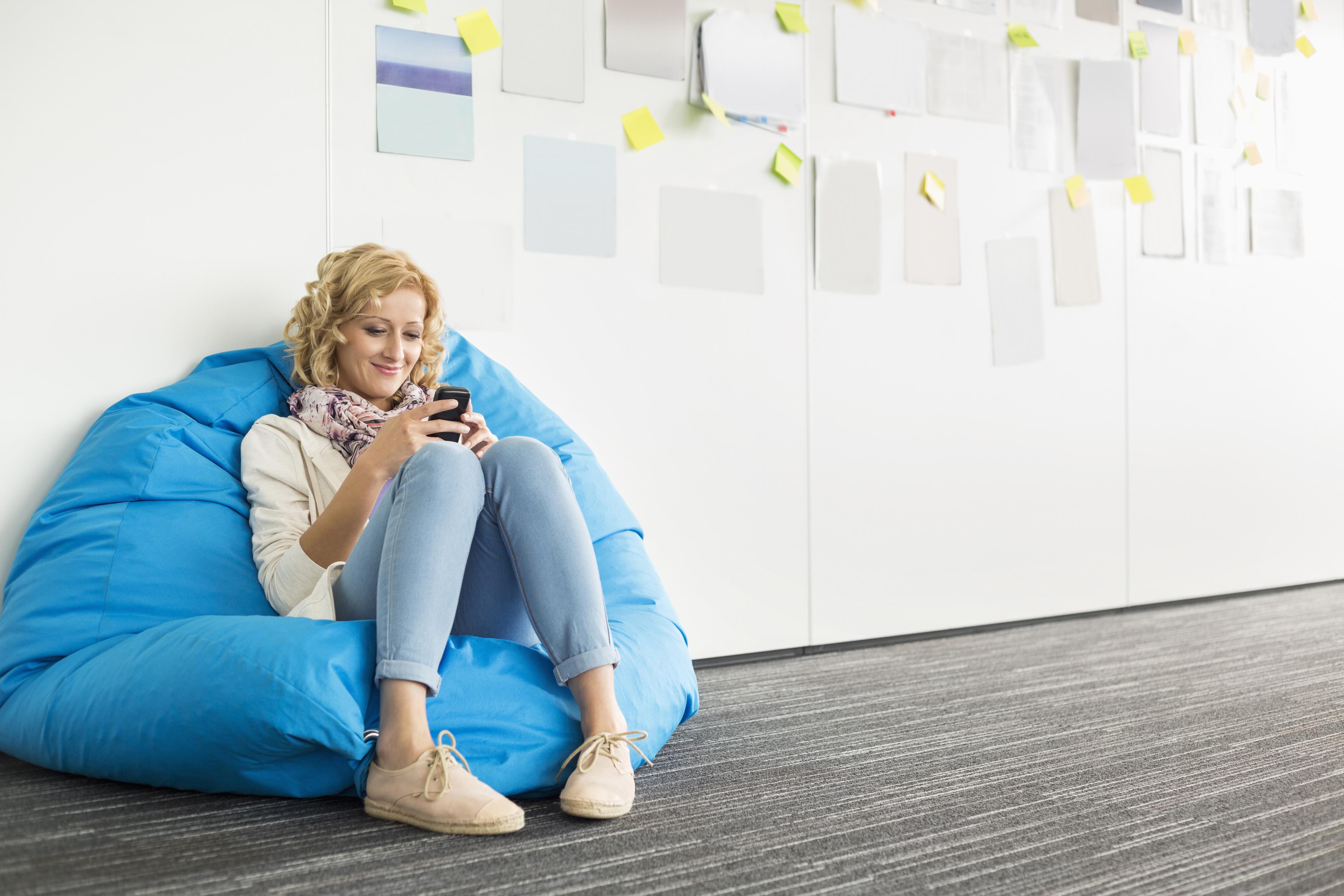 Fotos von Blond Mädchen Lächeln Mädchens Bein Sitzend Blondine