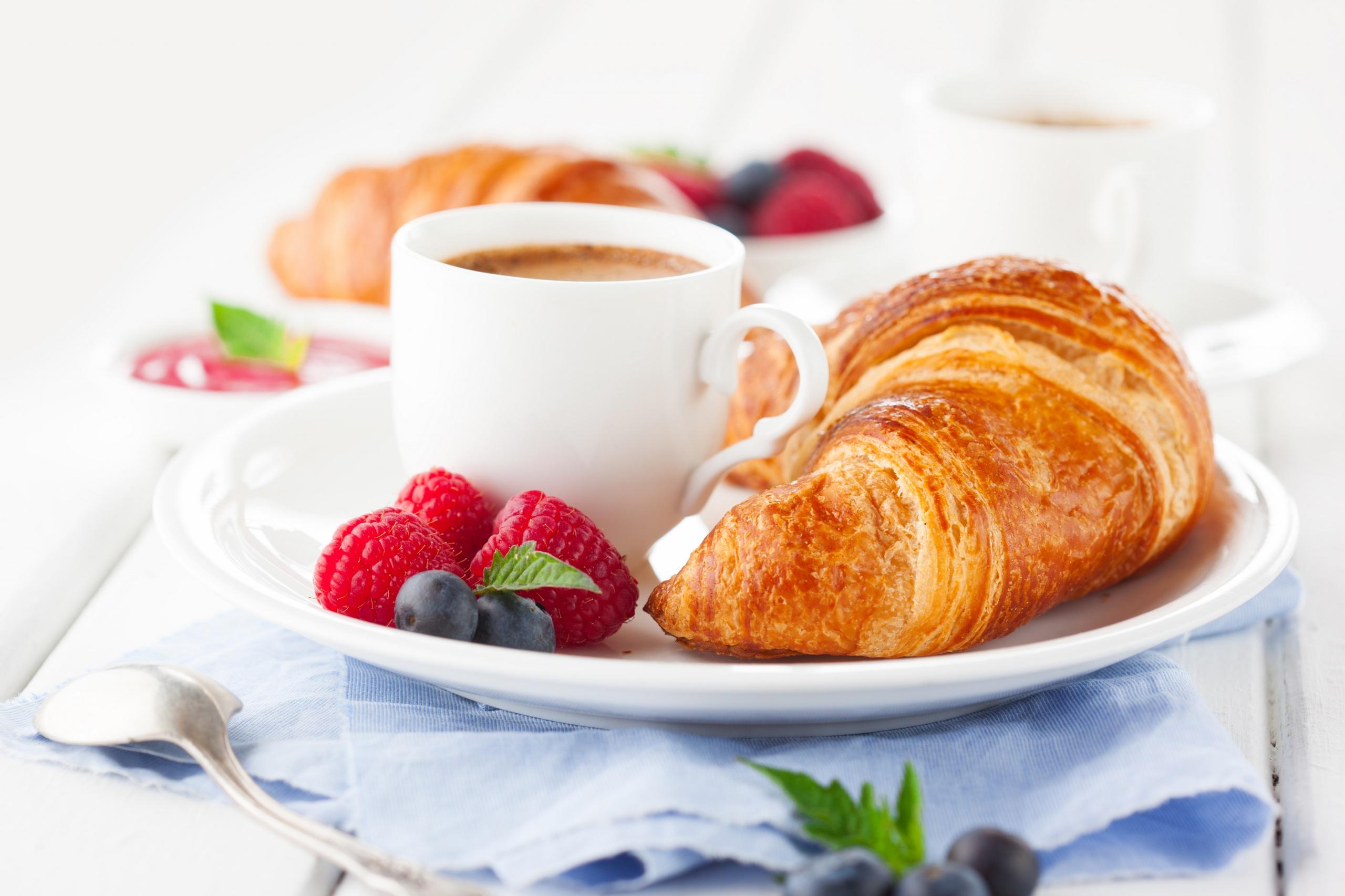 Bilder von Kaffee Croissant Frühstück Himbeeren Heidelbeeren Tasse Lebensmittel 2560x1706