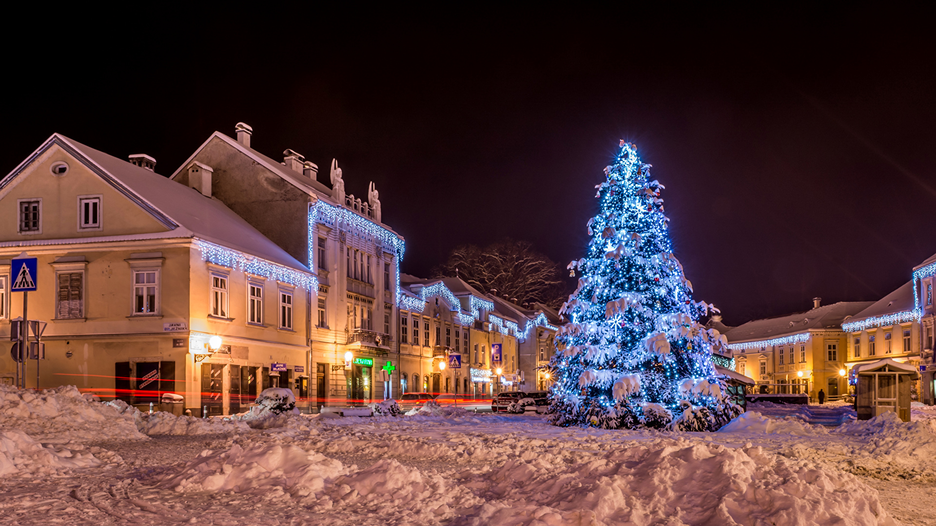 Desktop Wallpapers City of Zagreb Croatia New year Samobor Winter Christmas tree Snow Street Night Fairy lights Cities Houses 2560x1440 Christmas New Year tree night time Building
