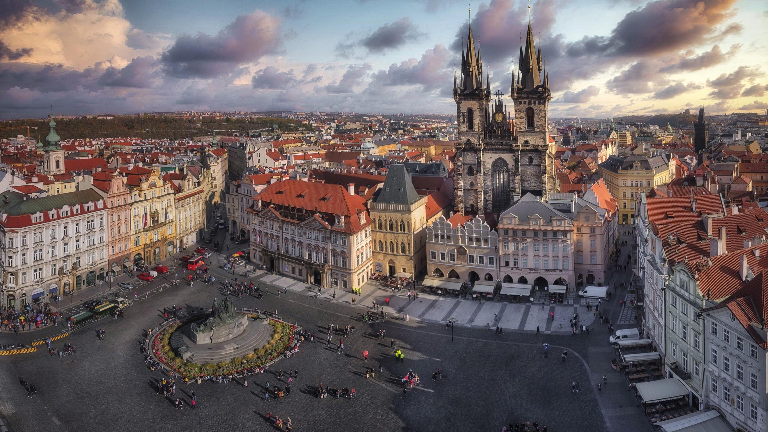 壁紙 2560x1440 チェコ プラハ 住宅 Plaza De La Ciudad Vieja 広場 ストリート 塔 上から 都市 ダウンロード 写真