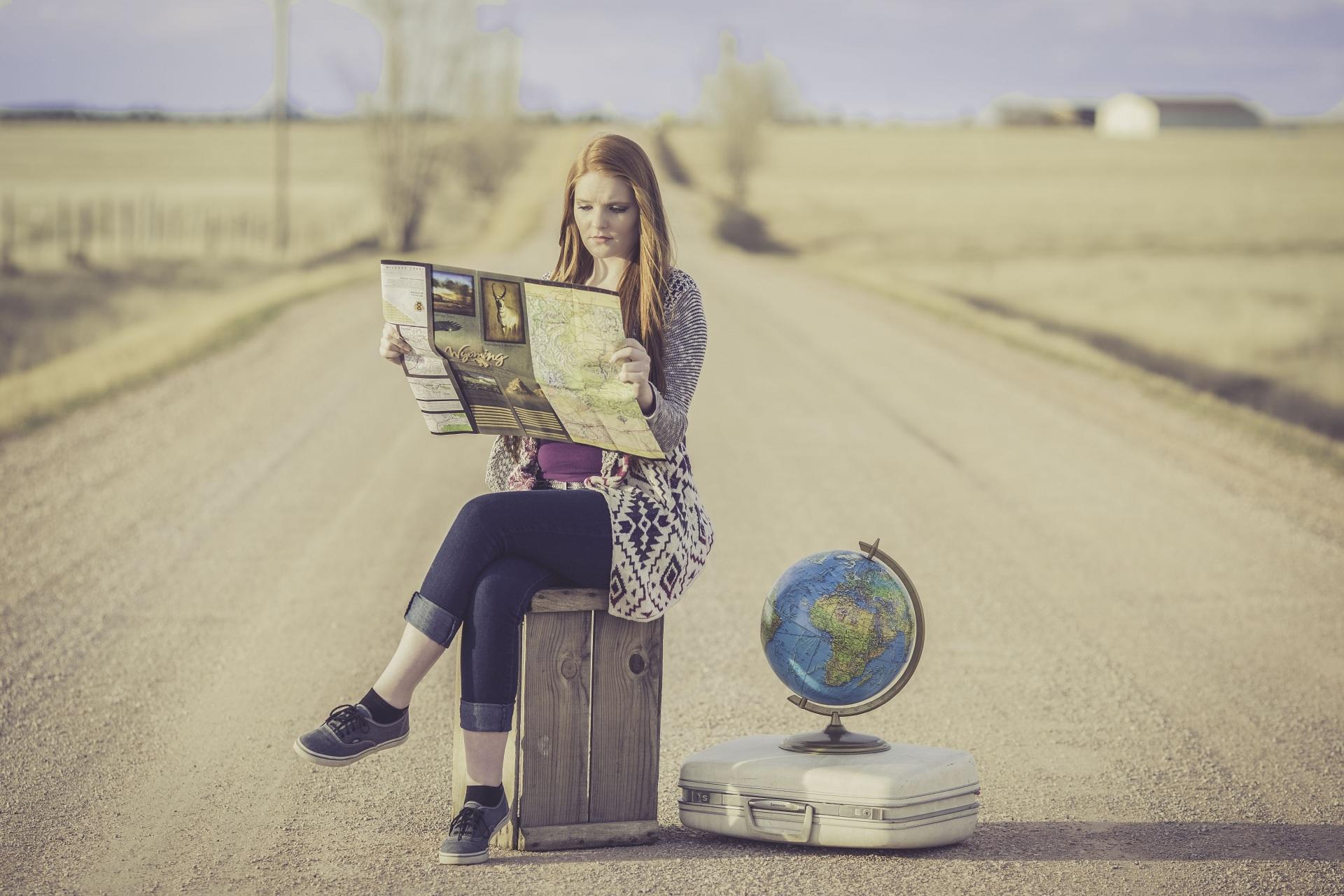 Bilder von Mädchens Globus Reisender Koffer Straße sitzen 1920x1280 junge frau junge Frauen Tourist Wege sitzt Sitzend