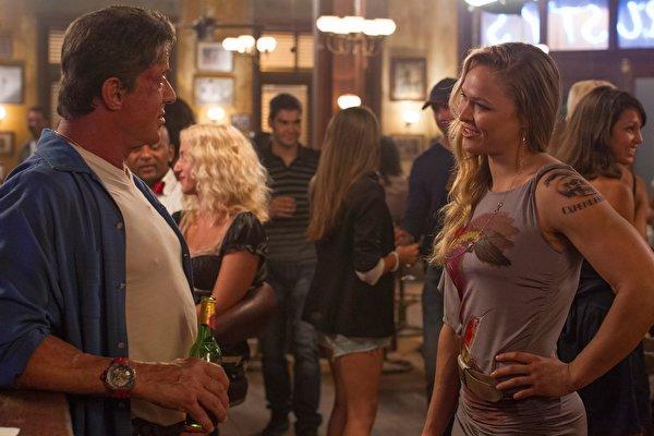 Foto The Expendables Sylvester Stallone Mannen 3, Ronda Jean Rousey Jonge vrouwen Films Beroemdheden 600x400 een man jonge vrouw film
