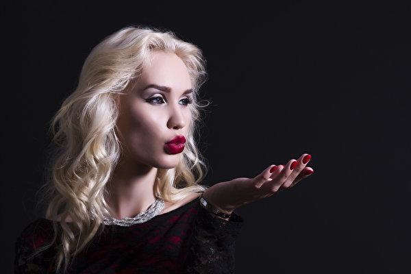 Sfondi del desktop Ragazza bionda giovani donne Le mani Sfondo nero Gioielli 600x400 ragazza Ragazze giovane donna Braccia gioielleria