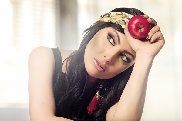 Bilder Brünette Schminke Mädchens Äpfel Lebensmittel Blick 600x399 Make Up junge frau junge Frauen das Essen Starren