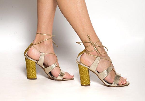 Fotos Mädchens Bein hautnah Stöckelschuh 600x418 junge frau junge Frauen Nahaufnahme Großansicht High Heels