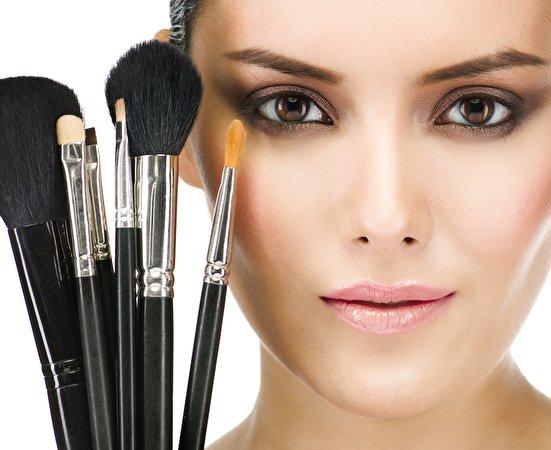 Fotos von Model Make Up Gesicht junge frau Pinsel Blick 551x450 Schminke Mädchens junge Frauen Starren