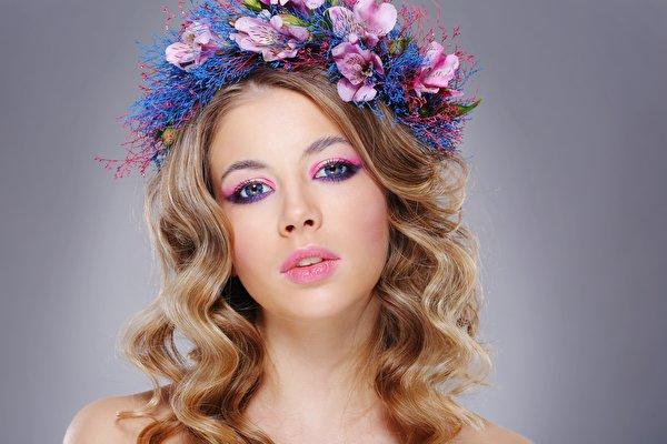 Fotos von Model Schminke hübsche Frisuren Haar Kranz Mädchens Starren 600x400 Make Up Schön schöne hübsch schöner schönes hübscher Frisur junge frau junge Frauen Blick
