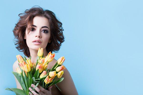 Fotos von Braunhaarige Model Sträuße Tulpen Mädchens Blüte Starren Farbigen hintergrund 600x400 Braune Haare Blumensträuße junge frau junge Frauen Blumen Blick