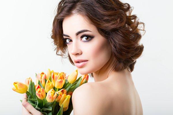 Fotos von Braune Haare Model Make Up Blumensträuße Tulpen junge frau Blüte Blick 600x400 Braunhaarige Schminke Sträuße Mädchens junge Frauen Blumen Starren