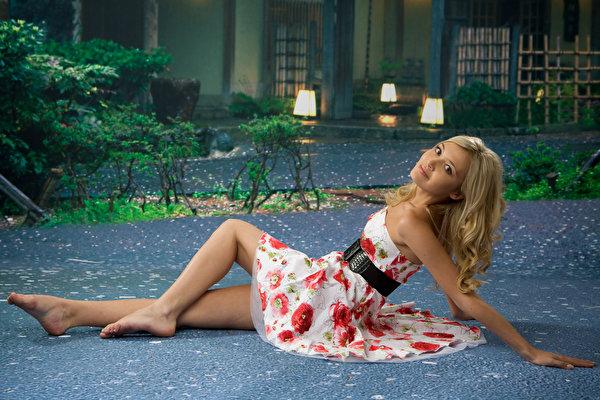 Foto Blondine posiert Mädchens Bein Hand Kleid 600x400 Blond Mädchen Pose junge frau junge Frauen