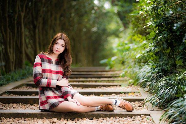 zdjęcie dziewczyna z brązowymi włosami rozmazane tło młode kobiety Nogi Azjaci Ręce siedzą 600x400 Szatenka brązowowłosa dziewczyna Bokeh dziewczyna Dziewczyny młoda kobieta azjatycka Siedzi