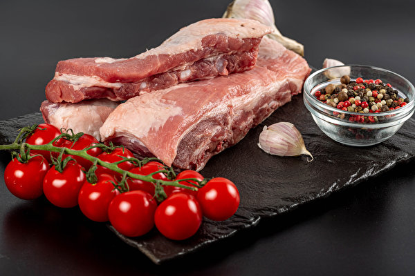 Pictures Pork Tomatoes Black pepper Allium sativum Food Cutting board Meat products Gray background 600x400 Garlic