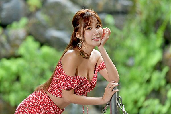 600x400 Asiático Bokeh Pose Sorrir Mão jovem mulher, mulheres jovens, moça, asiática, Fundo desfocado, posando Meninas