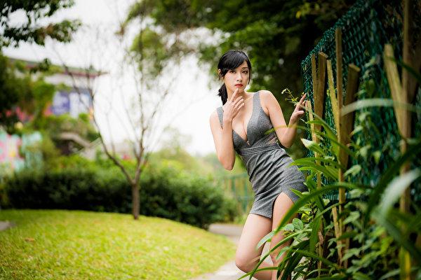 Desktop Hintergrundbilder unscharfer Hintergrund Pose dekolletee junge Frauen Asiaten Hand Starren Kleid 600x400 Bokeh posiert Dekolleté Mädchens junge frau Asiatische asiatisches Blick