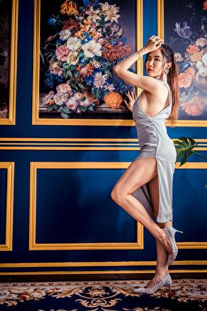 Foto posiert junge Frauen Bein Asiatische Blick Kleid 300x450 für Handy Pose Mädchens junge frau Asiaten asiatisches Starren