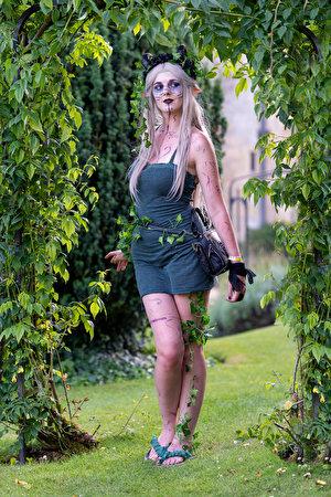 Bilder Blondine Make Up Cosplay Pose junge frau Kleid 300x450 für Handy Blond Mädchen Schminke posiert Mädchens junge Frauen
