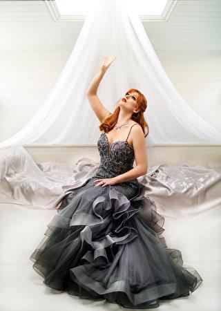 Fotos Rotschopf junge Frauen Hand Blick Kleid 320x450 für Handy Mädchens junge frau Starren