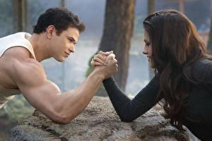 Bakgrundsbilder på skrivbordet The Twilight Saga The Twilight Saga: Breaking Dawn Män Kristen Stewart Hand film Kändisar