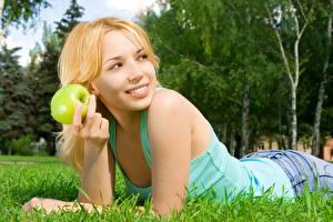 Bakgrunnsbilder Epler Gress Smil Unge_kvinner
