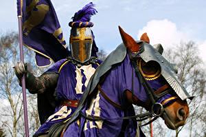 Bureaubladachtergronden Middeleeuwen Paarden Ridder Een harnas Hoofd Fantasy