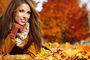 Fonds d'écran Automne Feuillage Aux cheveux bruns Sourire Voir Acer Filles