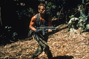 Wallpapers Predator - Movies Men Arnold Schwarzenegger Rifles Assault rifle film Celebrities