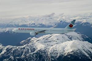 Desktop hintergrundbilder Flugzeuge Verkehrsflugzeug Gebirge Boeing Flug Schnee Boeing 777-300ER Luftfahrt