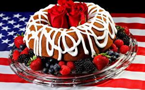 Bilder Süßigkeiten Obstkuchen Brombeeren Rosen Erdbeeren USA Flagge das Essen
