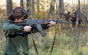 Bilder Sturmgewehr AK 47 Mädchens