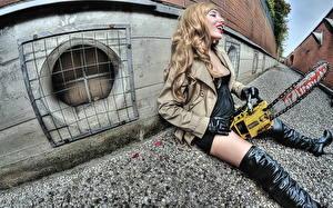 Bilder Kettensäge Blond Mädchen Stiefel  Sitzend Mädchens