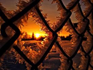 Bakgrunnsbilder Nærbilde Soloppganger og solnedganger Gjerde Is vann Snø Frost