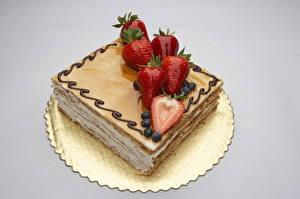 Bilder Süßware Torte Erdbeeren Farbigen hintergrund Lebensmittel