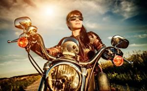 Hintergrundbilder Jacke Brünette Motorradfahrer Brille Auto Scheinwerfer Motorrad Mädchens