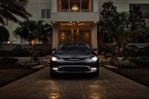 Hintergrundbilder Chrysler Haus Graues Vorne Nacht Fahrzeugscheinwerfer Palmengewächse Limousine 2014 200 sedan Autos Städte