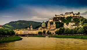 Bureaubladachtergronden Oostenrijk Huizen Burcht Rivier Salzburg een stad