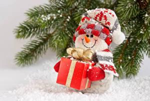 Hintergrundbilder Neujahr Feiertage Ast Schneemänner Geschenke Mütze