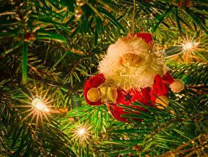 Bilder Feiertage Neujahr Spielzeuge Weihnachtsmann Ast Lichterkette