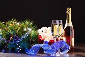 Fotos Feiertage Neujahr Champagner Ast Geschenke Weinglas Flasche