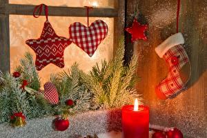 Bilder Feiertage Neujahr Kerzen Ast Fenster Kugeln Herz Schnee