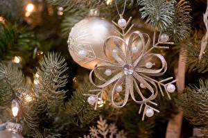 Bilder Feiertage Neujahr Ast Tannenbaum Schneeflocken Kugeln