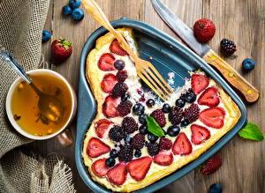 Hintergrundbilder Backware Obstkuchen Honig Erdbeeren Brombeeren Heidelbeeren Valentinstag Herz Lebensmittel