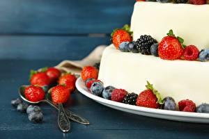 Bilder Torte Erdbeeren Brombeeren Heidelbeeren Großansicht Löffel Lebensmittel