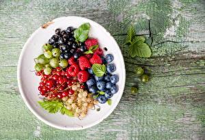 Bilder Obst Himbeeren Heidelbeeren Johannisbeeren Stachelbeere Teller