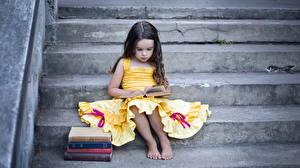 Bilder Kleine Mädchen Kleid Bücher Sitzen Treppe kind