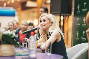 Bakgrunnsbilder Polina Gagarina Blond jente Mikrofon Kjendiser Unge_kvinner Musikk