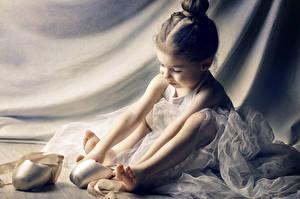 Bilder Kleine Mädchen Sitzt Bein ballet kind